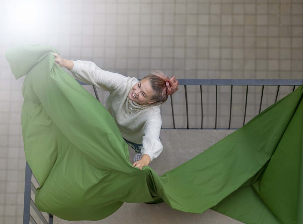 Bild på en person som håller grönt tyg