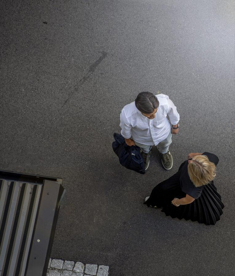 Bild på två studerande som pratar