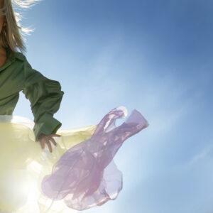 Bild på tyg som falldrar i vinden